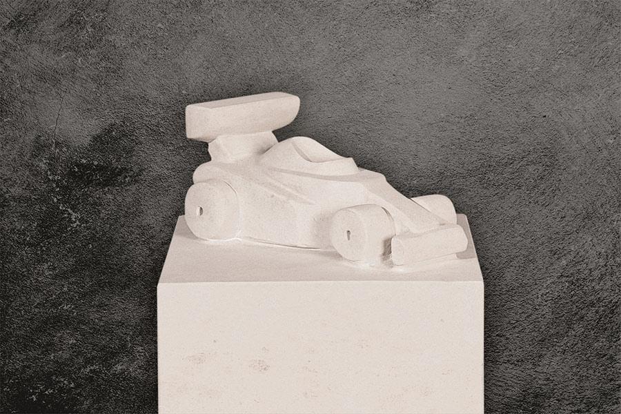 Kindergrabstein eckige Stele Atlantic Beige mit Ornament 9999* Rennauto